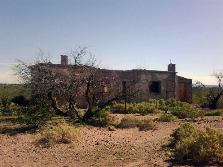 Casa abandonada en La Escondida, antiguo pueblo minero del Auca Mahuida.