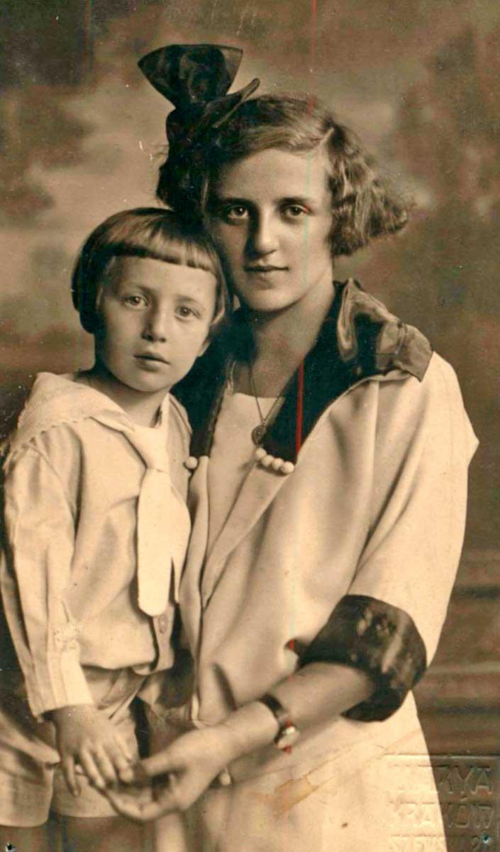 Estanislao Gassowski (aprox. 3 años) y su hermana Wanda.