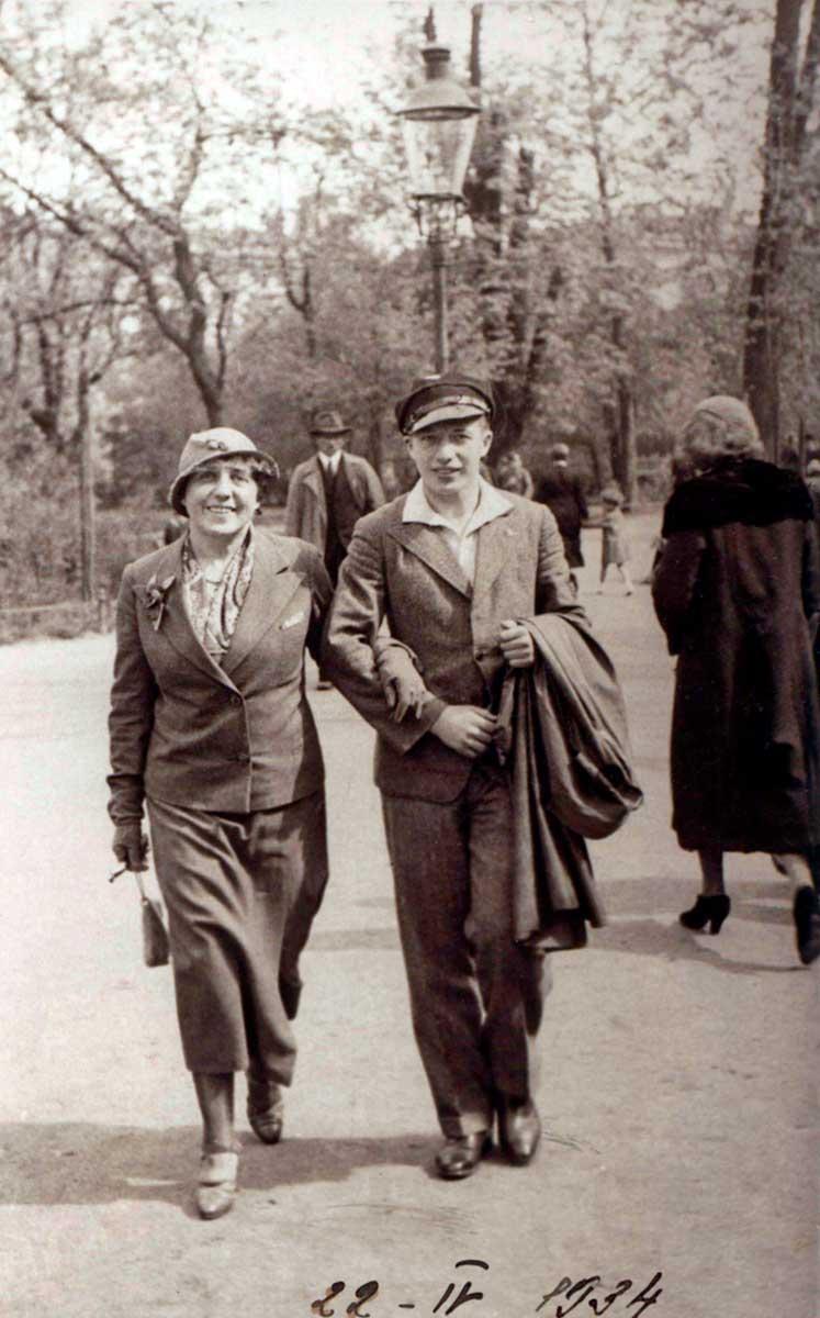 Estanislao Gassowski (17 años) con su madre en las calles de Cracovia.