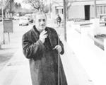 Años '60. Estanislao Gassowski , ciudadano de Neuquén, caminando por la vereda de la calle Alberdi y Santa Fe, a punto de ingresar a la radio LU5.
