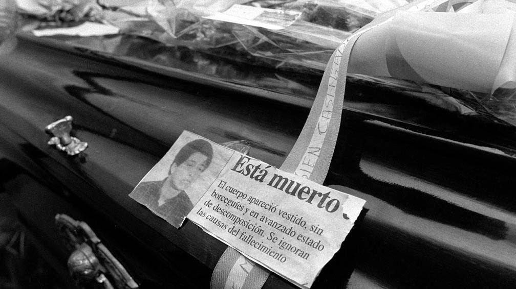 Foto Martín Acosta para Clarín. El cajón de Omar con el recorte de la tapa del Diario Rio Negro