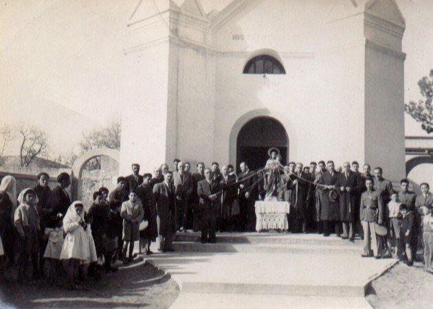 Procesión frente a la parroquia
