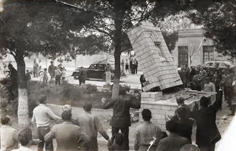 Un grupo de enfurecidos antiperonistas derribó el monumento a Eva Perón ubicado frente a la Catedral en Neuquén Capital.
