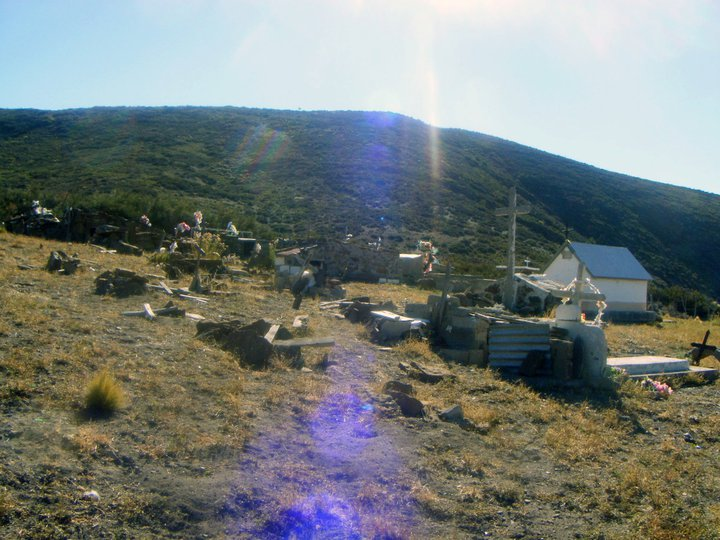 """El humilde cementerio mapuche, donde descansa como un """"peñi"""" mas el Padre Francisco. El anterior cementerio, quedó dentro de los límites de la estancia que usurpó los terrenos de la comunidad Huayquillán."""