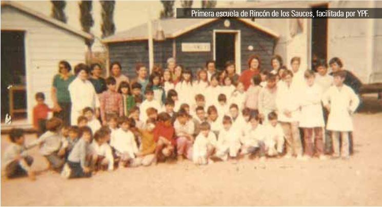 Inicios de la educación en Rincón de los Sauces. Hacia 1968, la petrolera YPF facilitó un tráiler y dos casillas de madera en donde el primer maestro, don Argentino Urquiza, y la primera directora, Sra. María Richard de Sabalsa, impartieron su enseñanza a los niños de aquel entonces.
