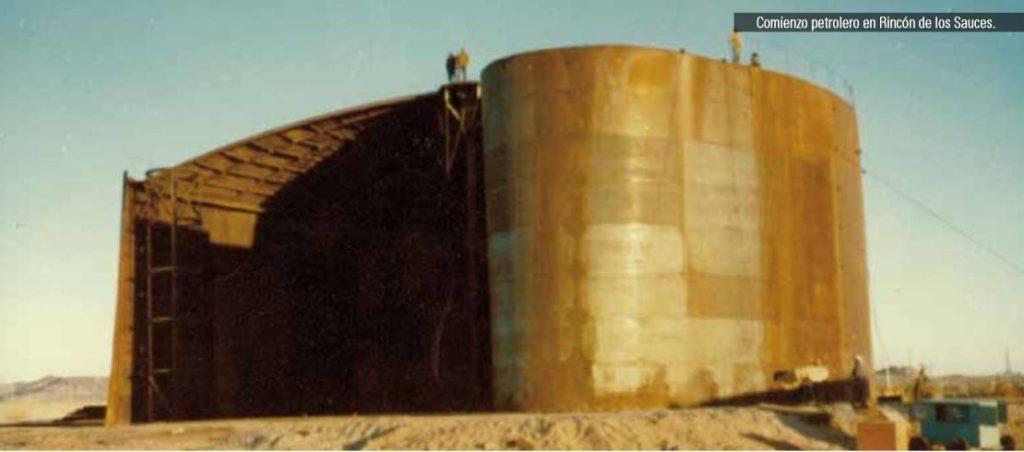 Construcción del primer tanque de almacenamiento de petróleo en el conocido yacimiento Puesto Hernández, lugar que dio inicio a la actividad petrolera en la región en el año 1967. El yacimiento siempre fue supervisado y conducido desde la ciudad de Rincón de los Sauces, ya que se encuentra a menos de veinte kilómetros de la ciudad mencionada. (Fotografía de Hernán Sepúlveda)