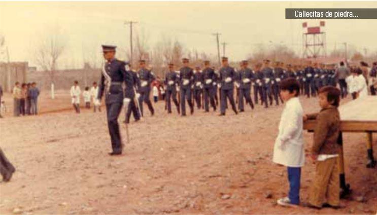 Desfile cívico-militar del año 1978, donde se puede observar el tendido de energía eléctrica y algunas construcciones. Se trata de la Avda. Gral. José de San Martín, arteria principal.
