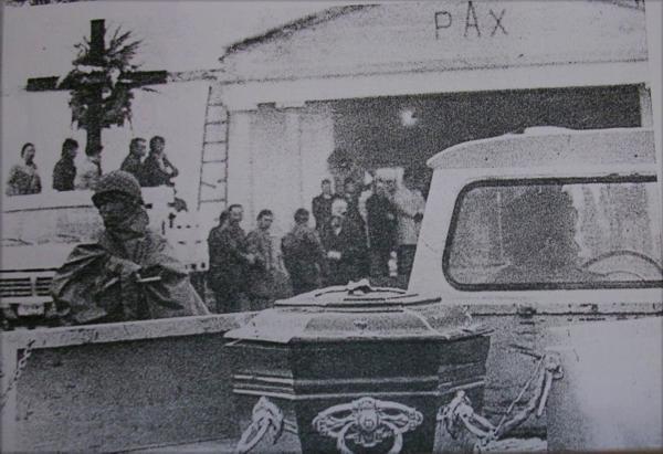 Rastrojero de YPF entrando al cementerio con un ataúd