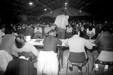 El principal dirigente de la huelga, Christiansen (de espaldas) dirigiéndose a la Asamblea en la represa de Piedra del Águila.