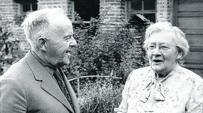 Junto a su esposo, en la casa que compartieron en San Martín de los Andes (aprox. 1960).