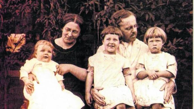 Bertha y su esposo, con sus tres primeros hijos.