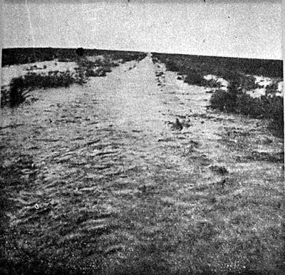 Las aguas llegan a la vía y paren al tren. Foto tomada desde el miriñaque de la locomotora.