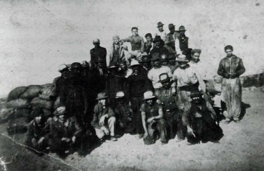 Foto de mineros de Auca Mahuida en 1944