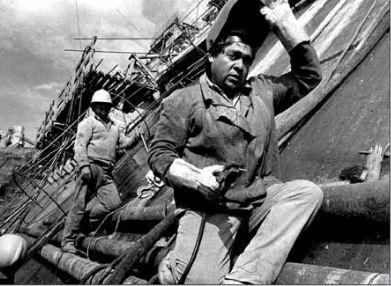 Obreros trabajando en la represa de Piedra del Águila.