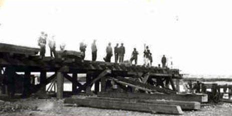 4/09/1910 - Construcción del primer puente de servicio en quebracho.