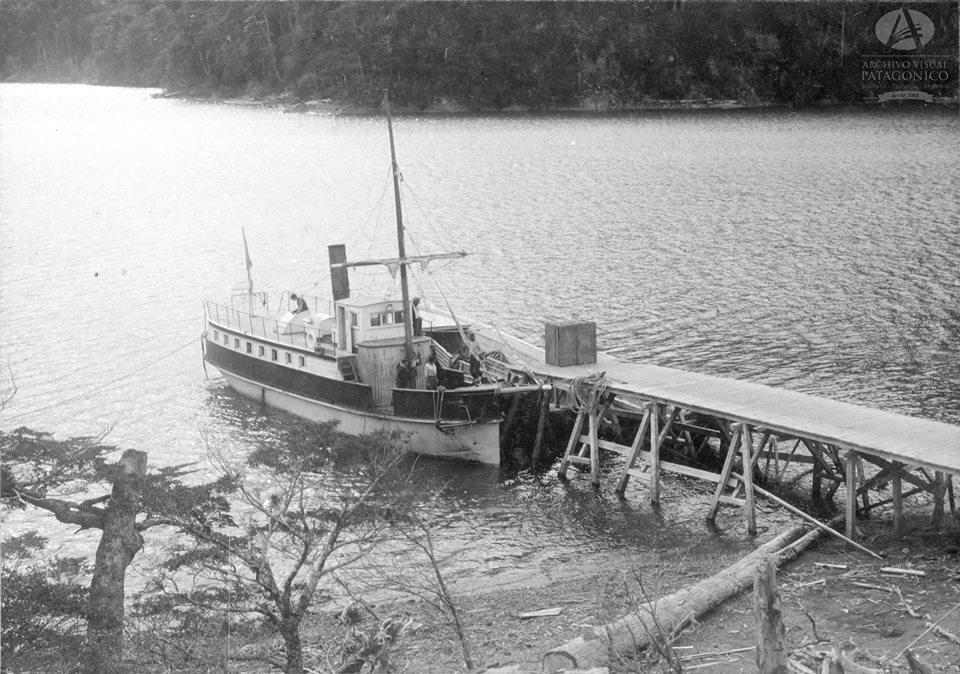El vapor Cóndor atracado en el muelle de Puerto Blest a la espera de su carga. 1920
