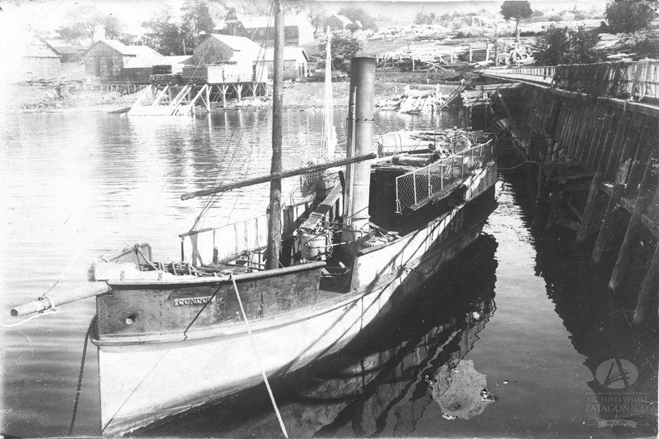 El Cóndor atracado en el muelle del pueblo de San Carlos (hoy Bariloche). 1921