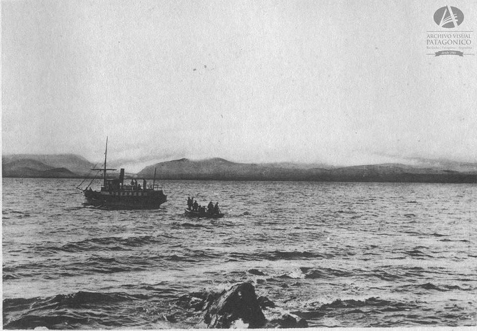 Con sus botes los pobladores se acercaban hasta el Cóndor con sus mercancías y a la búsqueda de su pedido semanal.