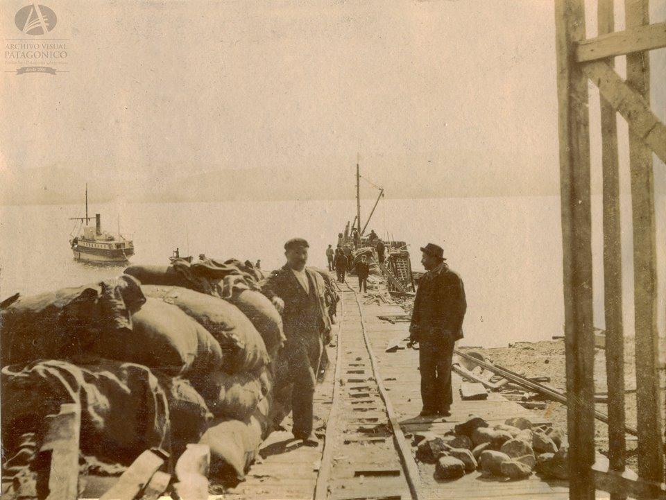 Los pobladores cargaban sus productos y esperaban por las bolsas de materias primas, como harina, aceite y hasta remedios.