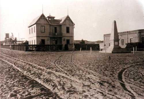 Vista del Chateau Gris. Enfrente el monolito fundacional, en donde actualmente se ubica el monumento al general José de San Martín. Año 1915 - Foto Archivo histórico Municipal de Neuquén.