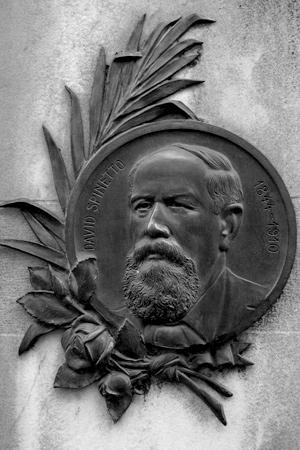 Placa con el rostro de David Spinetto, en el cementerio de la Recoleta, en Buenos Aires.