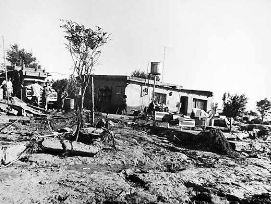 El día después en Cutral Co. La ciudad más golpeada. Los más memoriosos recuerdan la paradoja de vivir en una zona árida y seca que no estaba preparada para recibir tanta agua en tan poco tiempo. 1975, Archivo Diario Río Negro.