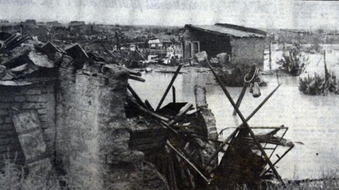 """Casas derrumbadas tras el alud. Imagen de Archivo de """"Río Negro"""" publicada el 13 de marzo de 1975"""