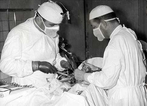 Oscar Arabarco (derecha) en operación en el Hospital
