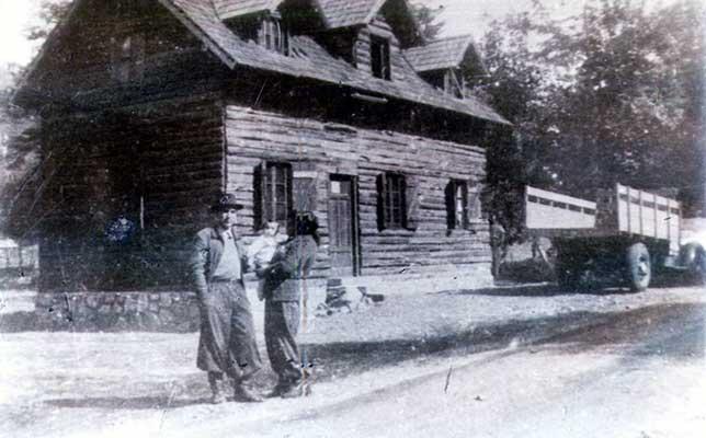 """Foto: La familia Marimón posando frente a su vivienda en la por entonces -casi aislada- """"Aldea de Montaña"""" del sur neuquino. Extraída del periódico La Angostura Digital."""