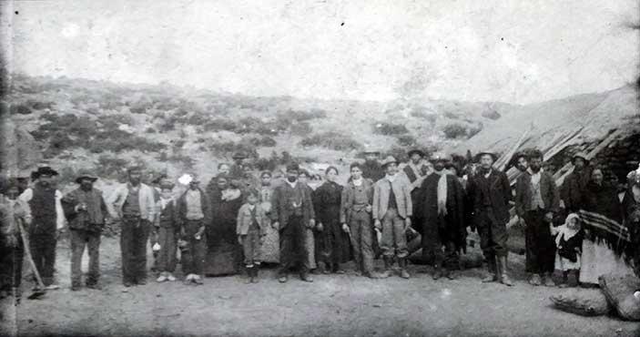 Foto extraida de la tapa del libro: Oro en la cordillera del viento, (minería aurífera y sociabilidad, en los parajes cordilleranos del norte nequino, 1890 - 1920) Primera parte, de Hugo Alberto Bustamante