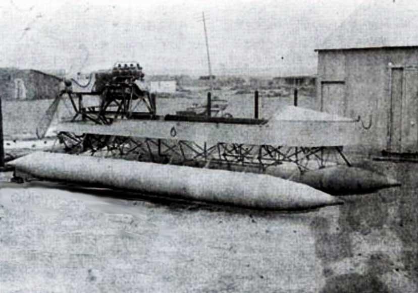 """El diario """"Neuquén"""", que fundó y dirigió Abel Chaneton, decía acerca del hidrodeslizador de Remigio Bosch """"... El hidroplano, como puede verse en la fotografía, consta de dos flotadores, con nueve compartimentos insumergibles, de modo que aún en el caso de averías en alguno, apenas pierde la flotabilidad..."""""""