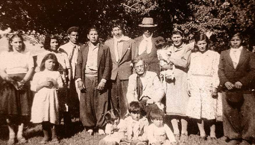 Juan Benigar rodeado de hijos y nietos.