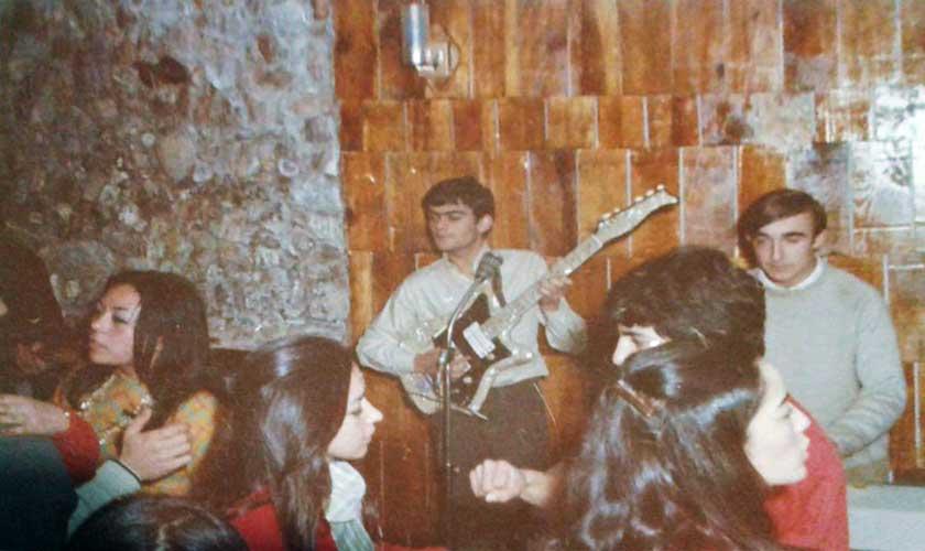 """""""Los diabólicos"""", de Zapala, tocando en Sayonara. El Cuqui y Raul Di Blasio"""