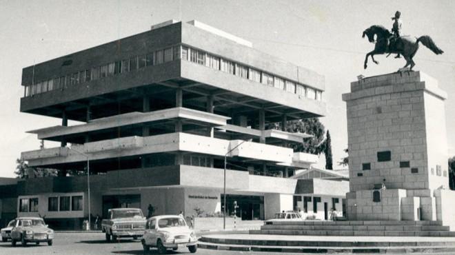 El edificio municipal funcionó durante varios años con dos pisos intermedios sin terminar.