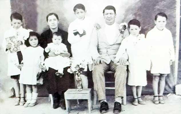 Doña Felicinda del Carmen Barros y Don José Blas Rodríguez, junto a sus hijos (de izq. a derecha) Donato, Úrsula, La pequeña Juanita, en brazos de mamá, Martín, Marcelino y Jacinto (autor de esta nota)