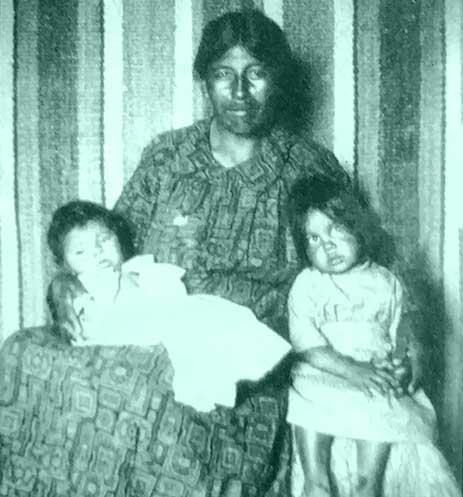 Sbeypuquiñ (Eufemia Barraza) con dos de sus hijos.