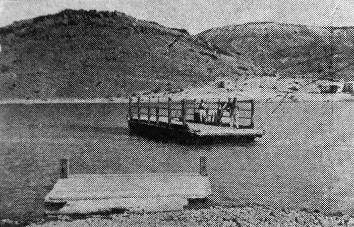Balsa sobre el río Neuquén frente a Chos Malal.