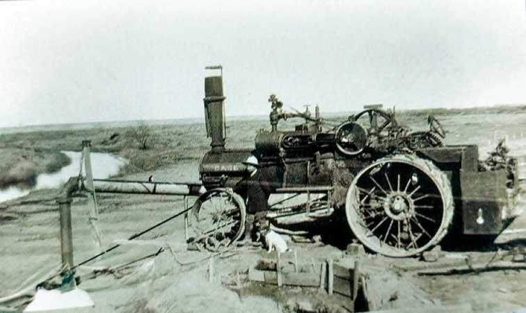 1912 - Bombeo mecánico en la laguna La Larga, en el establecimiento de los hermanos Plottier.