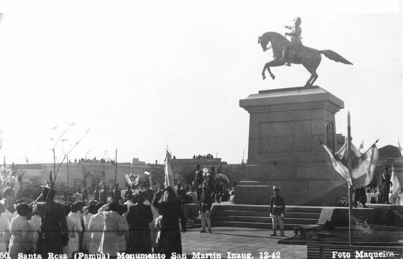 Monumento a San Martín en Santa Rosa, La Pampa. La estatua ecuestre del Libertador en Neuquén, es una de las tantas decenas de copias que existen en todas las ciudades del país de la escultura original realizada en 1859 por Louis Daumas.