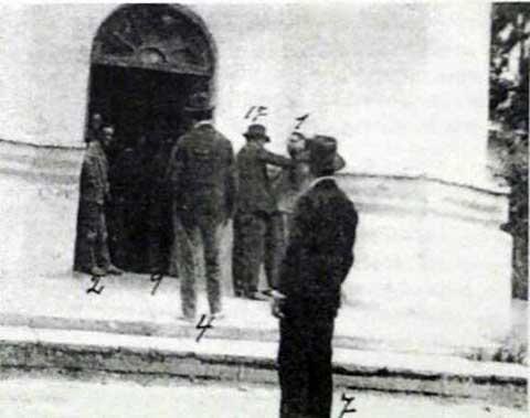 Reconstrucción del asesinato de Emilio Pessino en el atrio de la iglesia (del espediente policial).