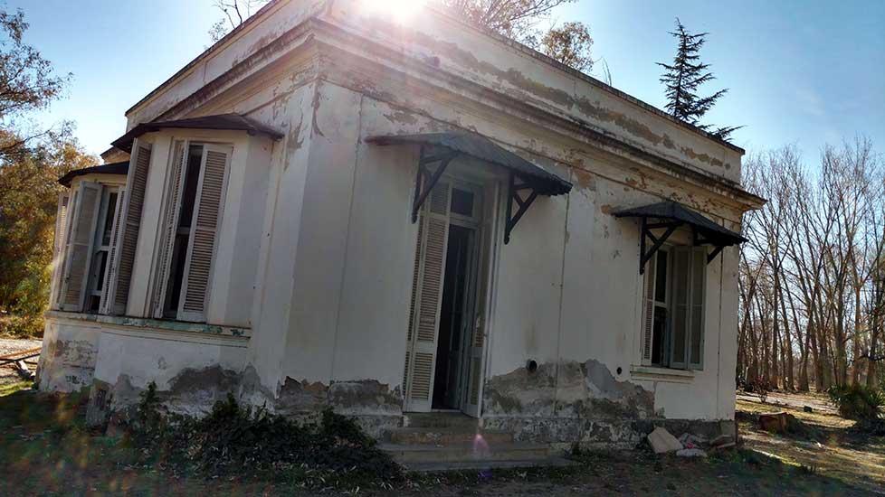 Casa del Doctor Plottier. Edificio auxiliar erigido en épocas más recientes, aunque conservando la línea arquitectónica primaria.
