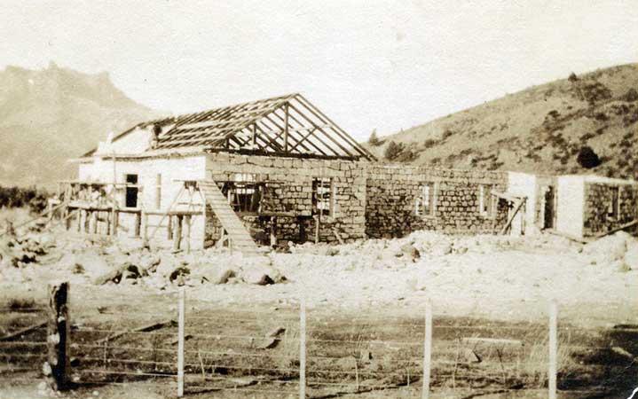 Construcción Estancia La Primavera de Henry Bell - 1924 - Fotógrafo: Enrique Lunde - Archivo Visual Patagonico