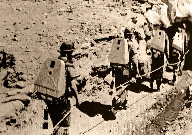 San Eduardo - Mineros ingresando a la mina