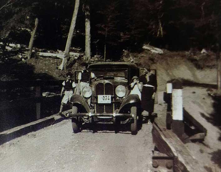 928 - Auto antiguo enlas calles de San Martín de los Andes