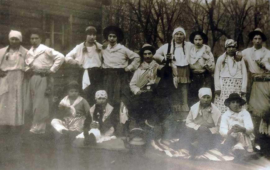 1929 - Familias Novoa - Pérez y Castillo preparados para bailar el Pericón. Foto Dante Valeri