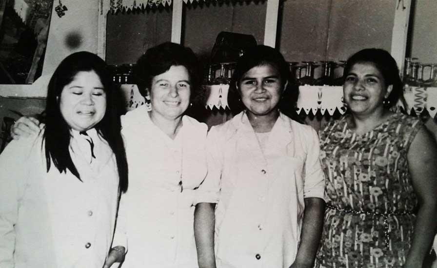 Doña Sara y las chicas que hacían las hamburguesas mas ricas