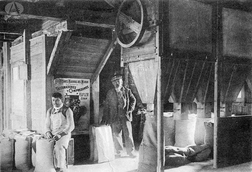 En 1908 ya funcionaba el primer molino harinero y se planificaba exportar a Chile y, vía el Limay, a las actuales provincias de Neuquén y Río Negro. Posan para el fotógrafo Hermann Haneck junto a su ayudante en el interior del establecimiento. (Federico Silim).