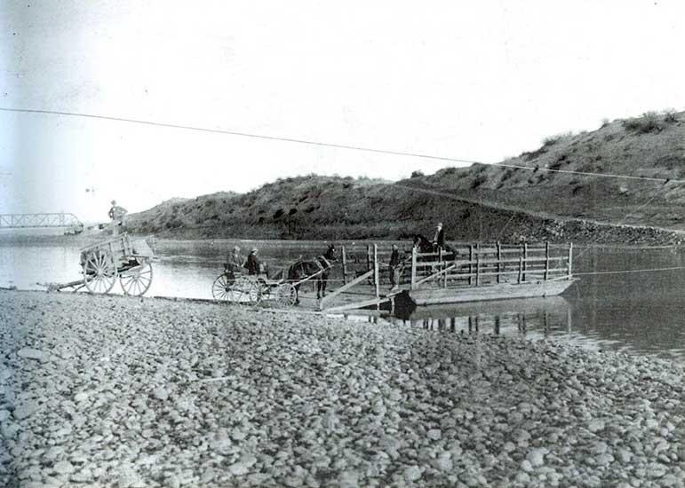 Autor desconocido, Balsa privada sobre el río Neuquén,1925. Museo Gregorio Álvarez.