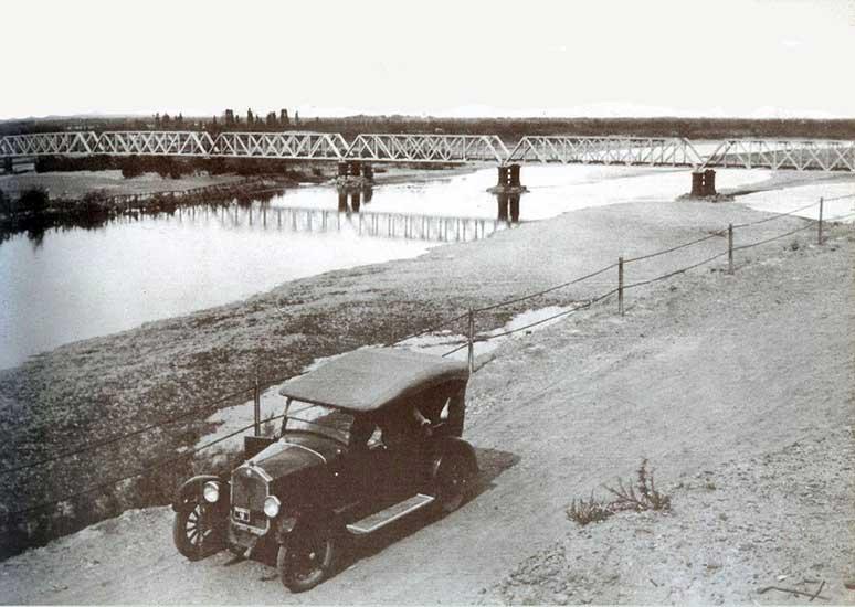 Autor desconocido, Automóvil en la ribera, 1920. Colección Mario A. Burkman (original de Ileana Lascaray)