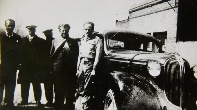 Arturo Kruuse, el indio rubio (derecha), fue un destacado piloto que se asentó en la ciudad. En 1935 se convirtió en campeón nacional de carretera al imponerse en una prueba a Chile. Martín Etcheluz (a la izquierda de Kruuse) fue una de las figuras más importantes de la historia zapalina. Fue periodista e intendente, entre muchas actividades que realizó a favor del desarrollo local. Lideró hasta su muerte el partido Democrático Comunal.
